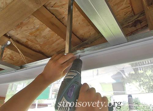 отделка потолка пластиковыми панелями