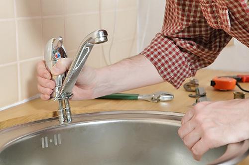 как установить смеситель на кухне своими руками