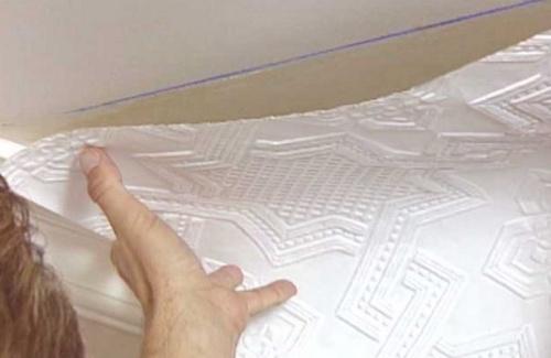как клеить обои на потолок своими руками фото