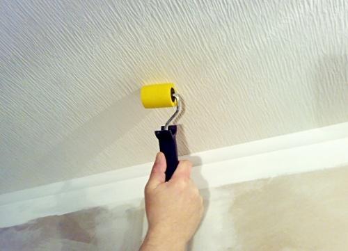 как подровнять стыки обоев на потолке фото