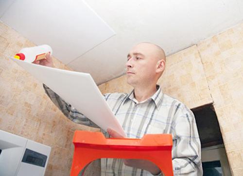 как клеить потолочную плитку своими руками фото