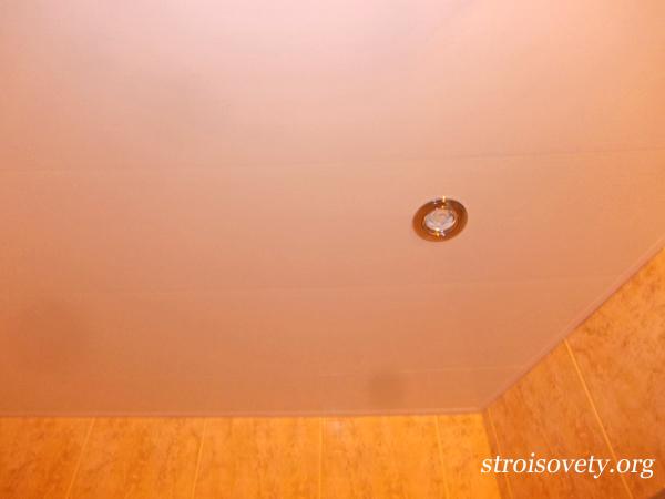 потолок в ванной пластиковыми панелями со светильниками фото