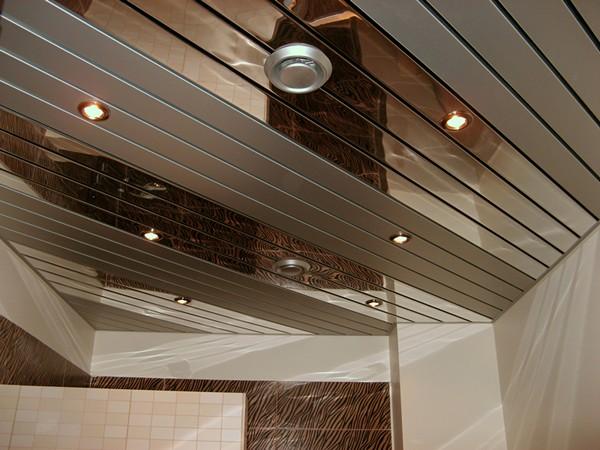 зеркальные реечные подвесные потолки для ванной фото