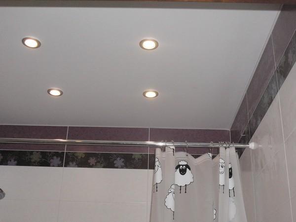 матовый натяжной потолок в ванной фото