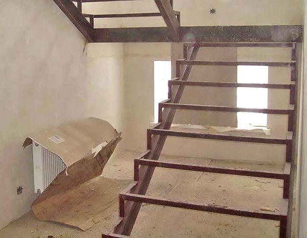как собрать металлический каркас для лестницы своими руками