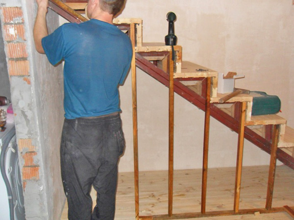 как построить лестницу  в доме своими руками фото