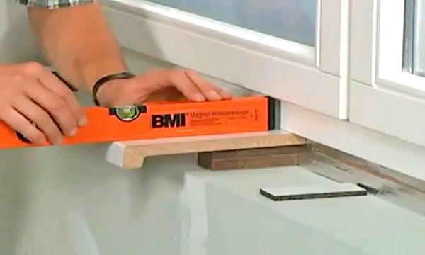 роль строительного уровня в установке подоконника пвх