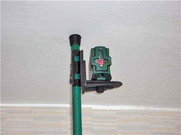 разметка потолка с помощью лазерного уровня фото