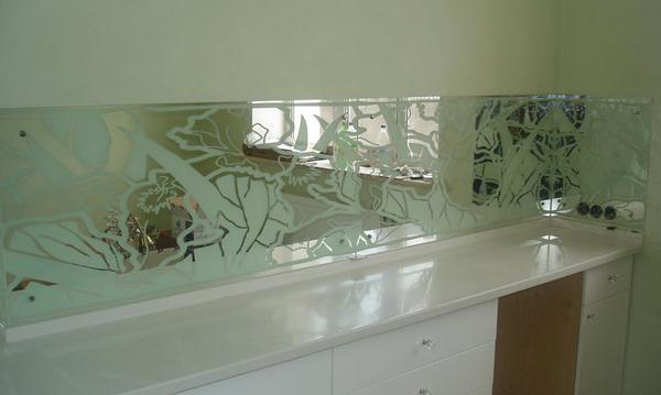 установка скинали для кухни из стекла