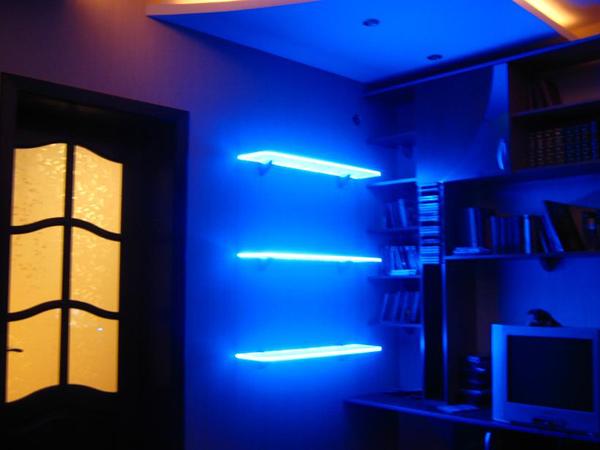 подсветка стеклянных полок светодиодной лентой