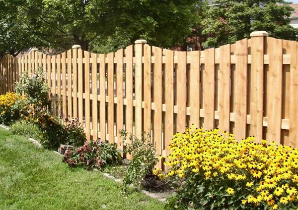 забор из штакетника деревянного фото