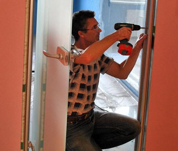 установка стеклянных дверей фото