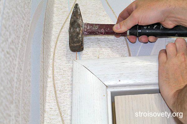 как крепить верхний наличник на дверь фото