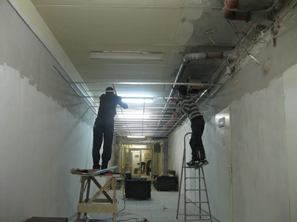 монтаж потолка грильято фото