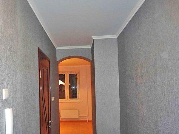 шпаклеванный потолок в длинном коридоре фото