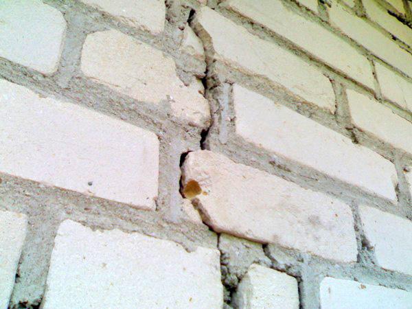 чем заделать трещину в стене