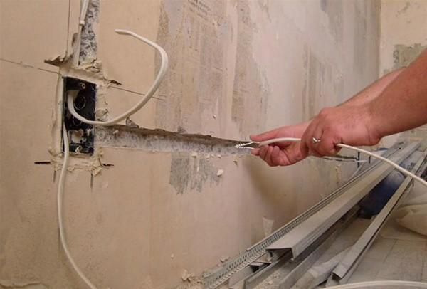 как спрятать провода на стене фото
