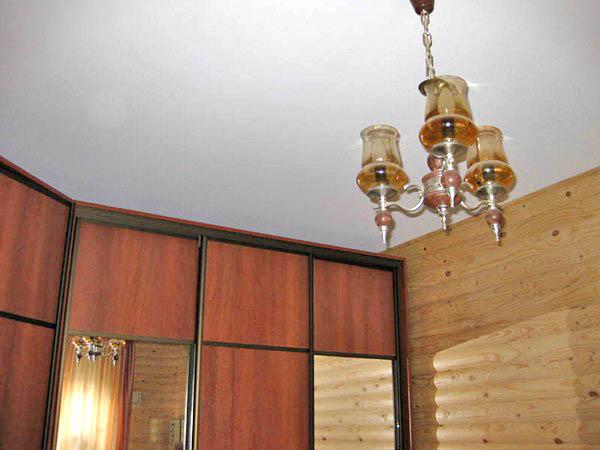 натяжные потолки в деревянном доме фото