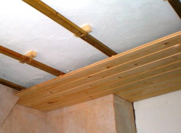 деревянный реечный потолок фото