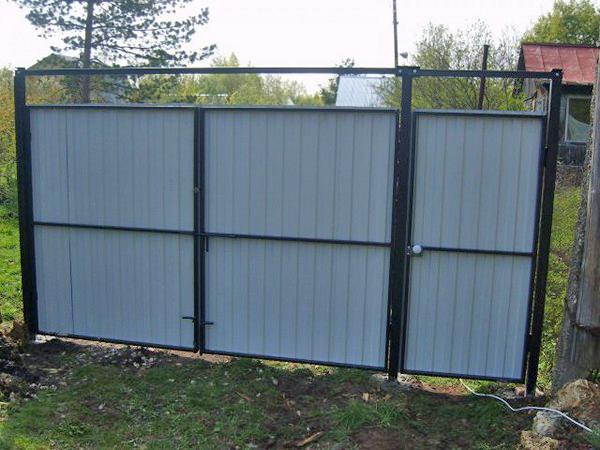 металлические распашные ворота из профнастила фото
