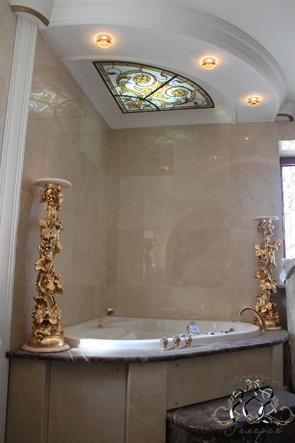 витражный потолок в ванной фото