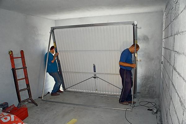 установка секционных ворот фото