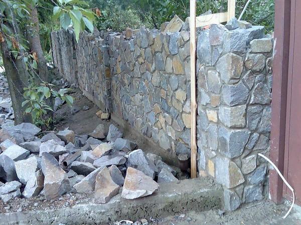 как построить каменный забор фото