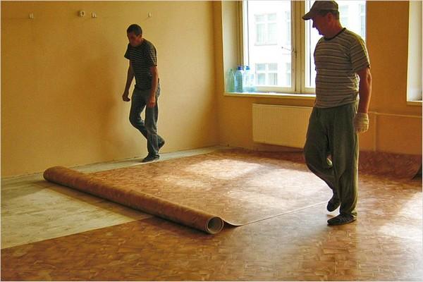 как класть линолеум на деревянный пол фото