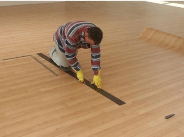 укладка линолеума на деревянный пол фото