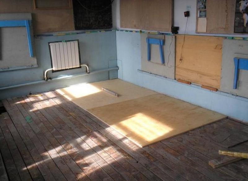 чем заделать щели в деревянном полу фото