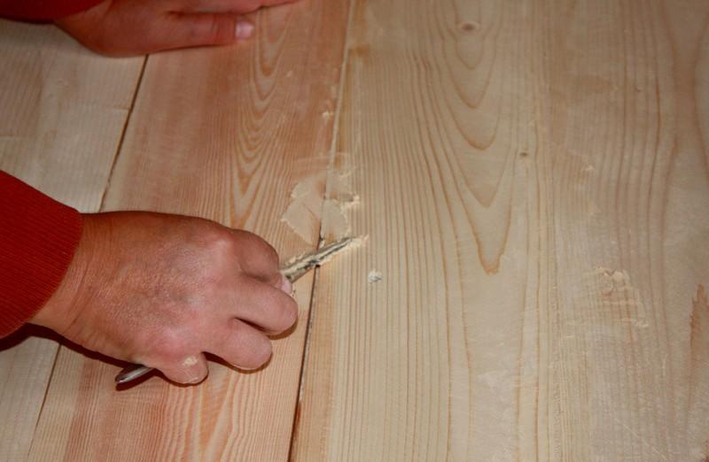 чем замазать щели в деревянном полу фото
