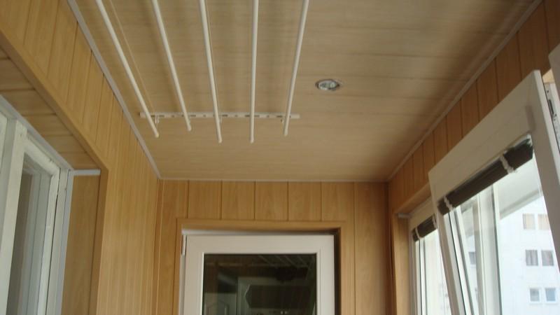 потолок на балконе из пластиковых панелей фото