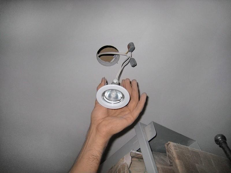 точечные светильники для гипсокартонных потолков установка фото