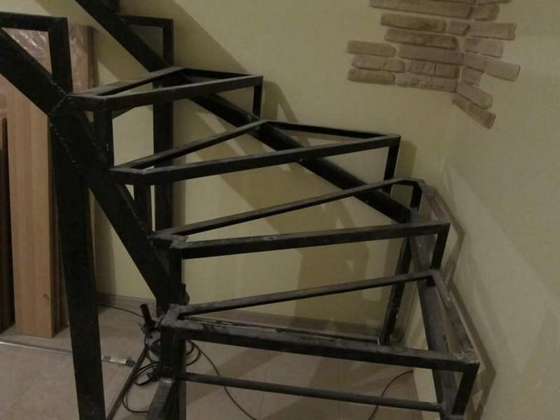 металлическая лестница с забежными ступенями фото