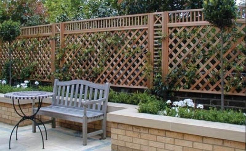 Решетчатый деревянный забор фото