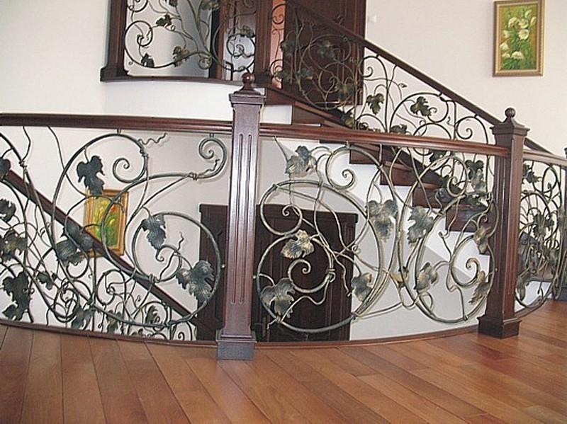 кованые перила для лестницы внутри дома фото