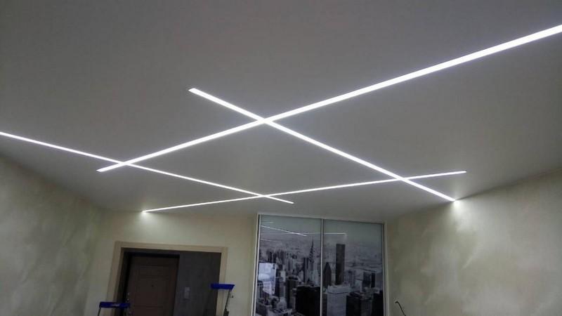 световые полосы на натяжном потолке фото