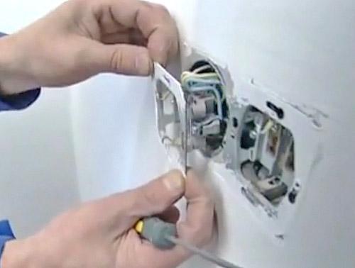 установка розеток в стену