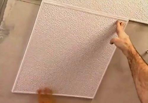 как приклеить потолочную плитку самостоятельно