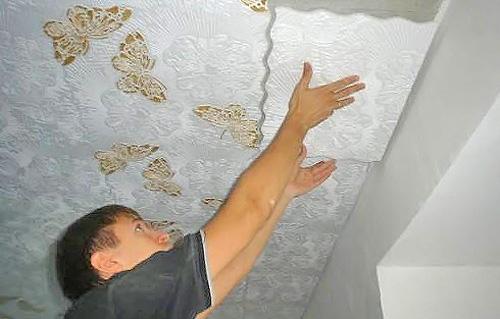как правильно наклеить потолочную плитку