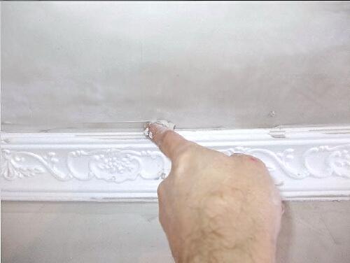 как заделать щели между плинтусом и потолком фото