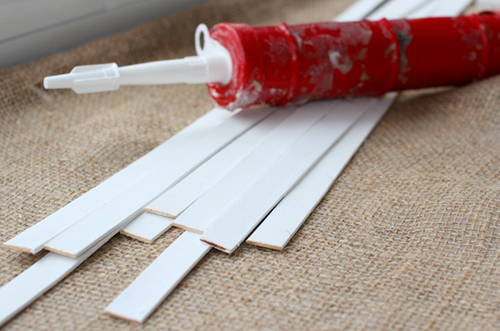 как нанести клей на пластиковые панели