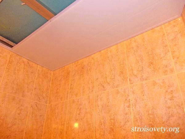 пластиковый потолок в ванной своими руками фото