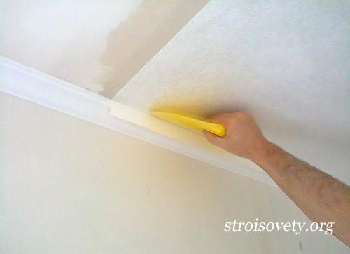поклейка обоев на потолок своими руками фото
