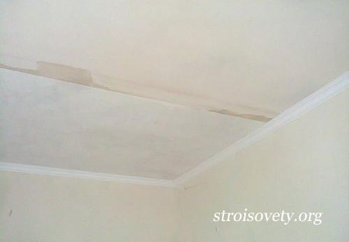 как поклеить обои на потолок под покраску