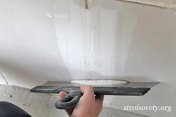 как выровнять потолок шпаклевкой фото