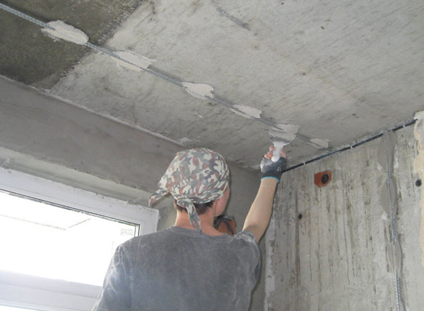штукатурка потолка по маякам своими руками фото