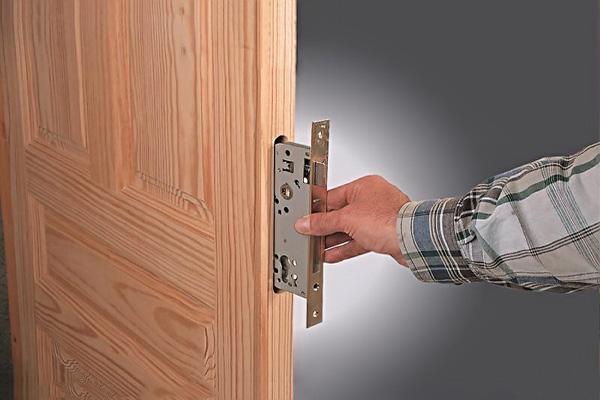 установка замка в деревянную дверь своими руками фото
