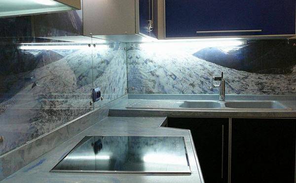 стеклянные кухонные фартуки: подготовка к монтажу