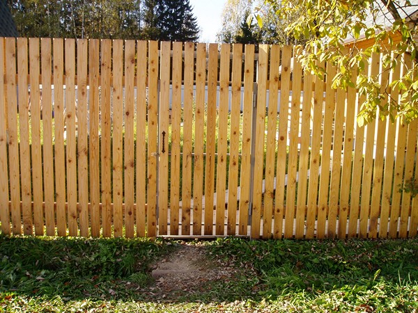 строительство деревянного забора фото